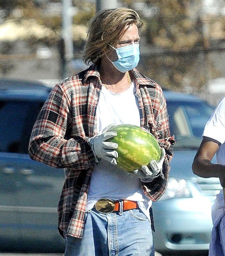 7 2 - Brad Pitt foi fotografado levando comida e ajuda aos necessitados. Ele colabora sem se exibir