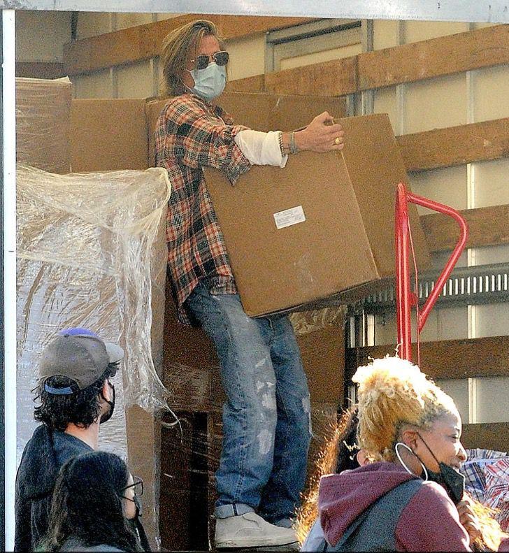 8 1 1 - Brad Pitt foi fotografado levando comida e ajuda aos necessitados. Ele colabora sem se exibir