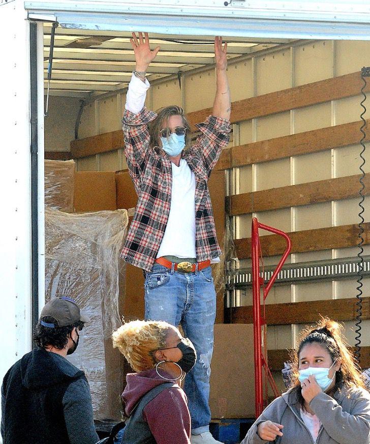 9 1 - Brad Pitt foi fotografado levando comida e ajuda aos necessitados. Ele colabora sem se exibir