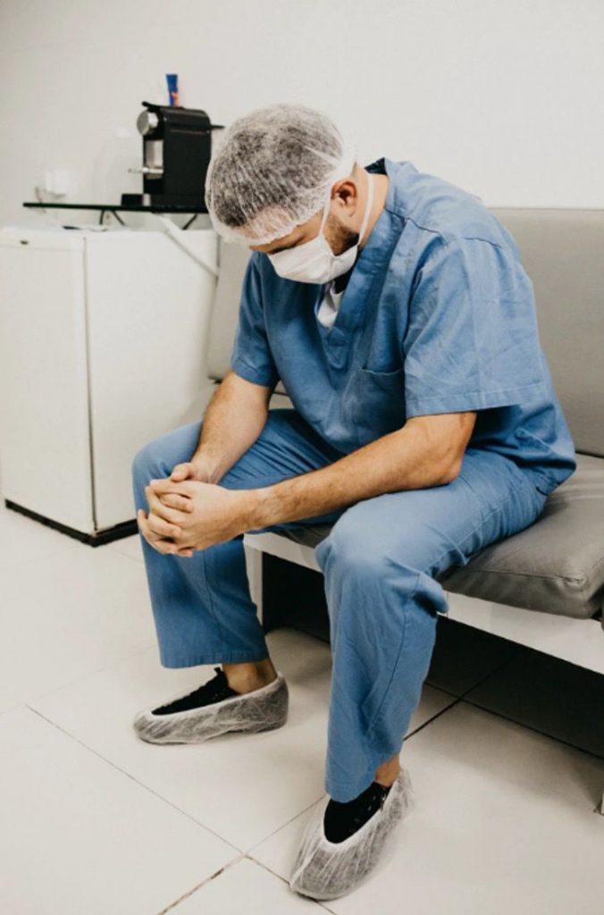 Captura de Pantalla 2020 11 16 a las 11.32.28 676x1024 1 - Exausto, o médico adormeceu na porta do hospital após 36 horas de plantão.