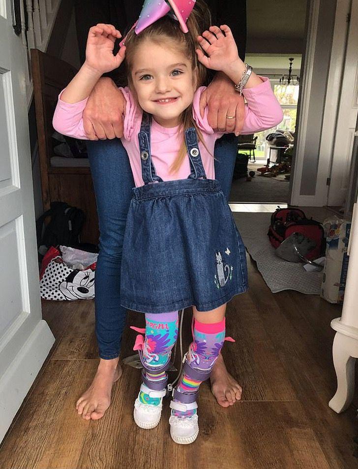 Captura de Pantalla 2020 11 25 a las 22.07.38 - Milionário anônimo pagou a cirurgia de uma garota com paralisia e a mandou para a Disneylândia. Será capaz de andar