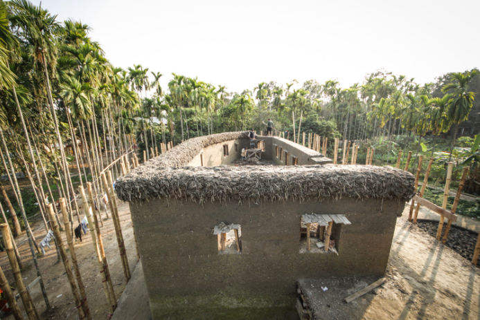 Captura de Tela 123 - Mulheres indianas construíram um centro para pessoas com deficiência apenas com bambu e barro.