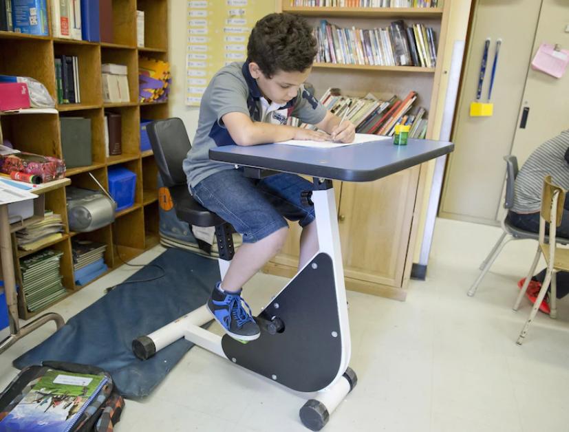 PHOTO LE JOURNAL DE MONTREAL PIERRE PAUL POULIN - Escola cria mesa de estudo com pedal para os alunos com hiperatividade