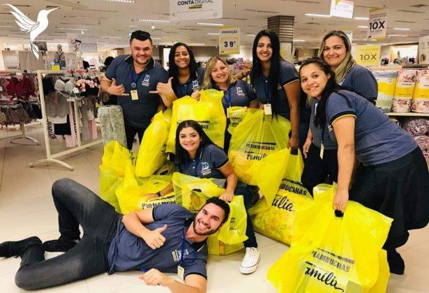 amigos fazem compras ajudar comissao mulher 615x420 1 - Funcionários de uma loja compraram produtos para ajudar a colega atingir a meta de vendas e ganhar a comissão
