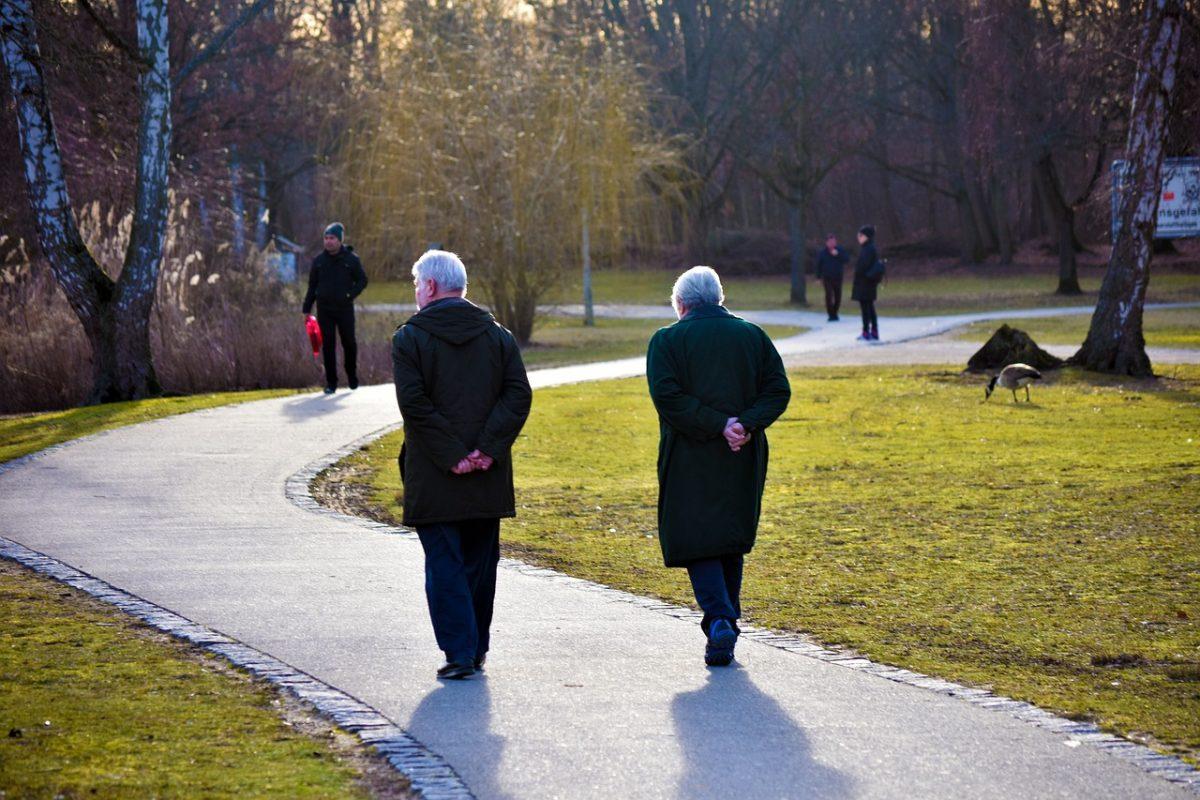 elderly happy 4008796 1280 scaled - Idoso adapta uma bicicleta para andar todos os dias com sua esposa. Um verdadeiro cavalheiro!