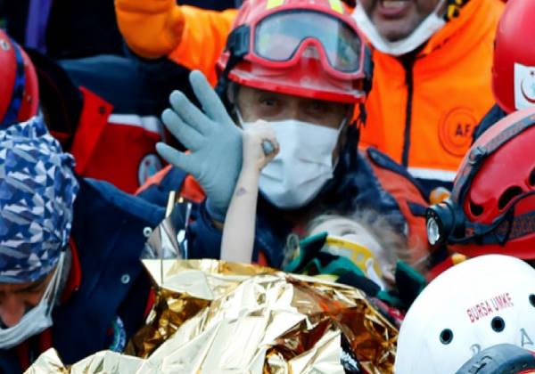 elif resgate1 - Garotinha de 3 anos foi resgatada com vida três dias depois do terremoto na Turquia