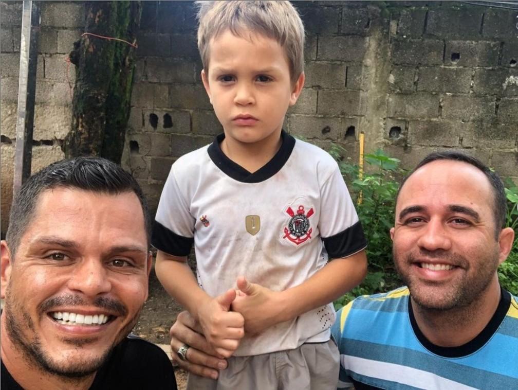 """matheus andre e glaucio - Menino de 5 anos pega livros no lixo """"Meu sonho é estudar"""", declarou Matheus"""