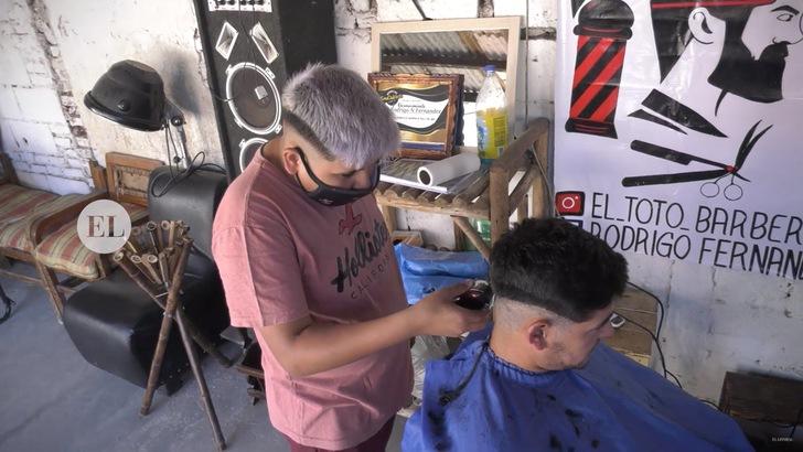 se convirtio barbero barrio 13 anos comenzo sin cobrar ahora tiene propio local 2 - Um menino de 13 anos se tornou barbeiro e agora tem sua própria barbearia