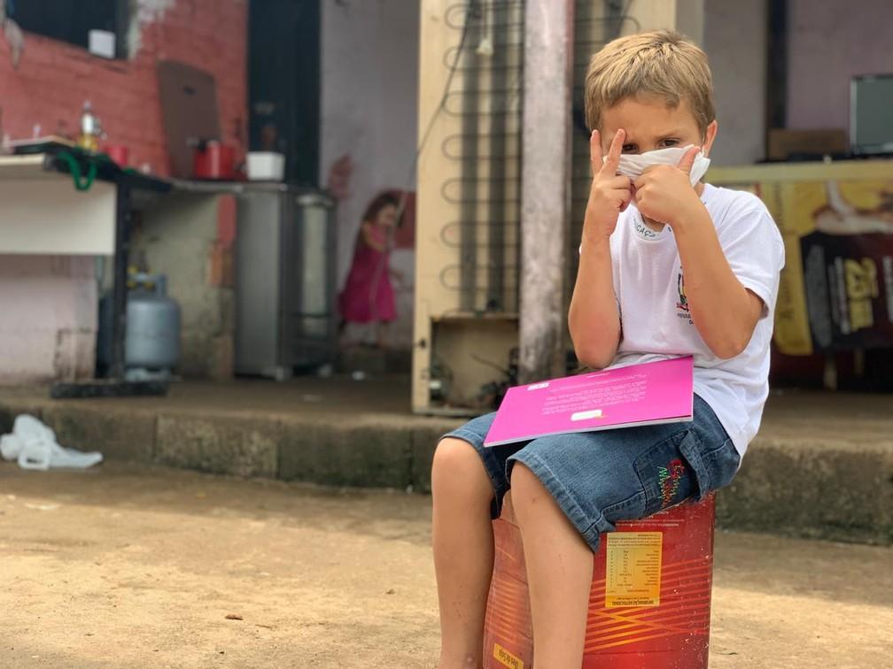 """whatsapp image 2020 11 12 at 14.20.28 2  - Menino de 5 anos pega livros no lixo """"Meu sonho é estudar"""", declarou Matheus"""