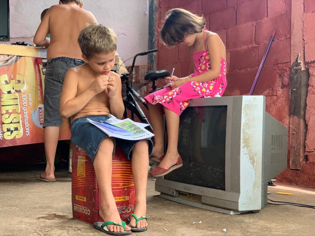 """whatsapp image 2020 11 12 at 14.20.28 3 - Menino de 5 anos pega livros no lixo """"Meu sonho é estudar"""", declarou Matheus"""