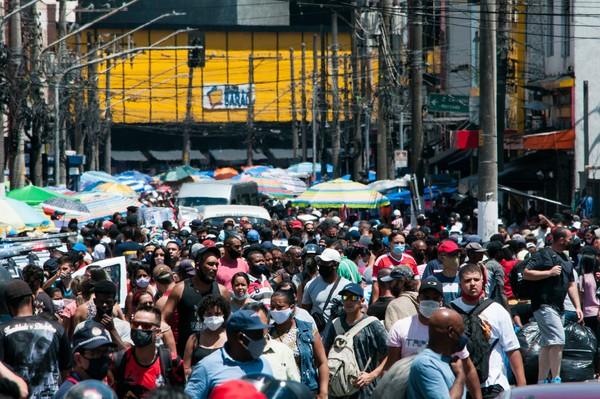 1 12 - Regiões comerciais do Brás, SP, enfrentam forte aglomeração, congestionamento e brigas de camelôs (vídeo)