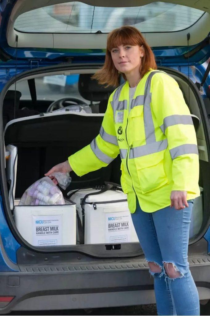 1 2 - Mulher doa e distribui leite materno para bebês famintos e mães com problemas. Ajudando quem PRECISA !