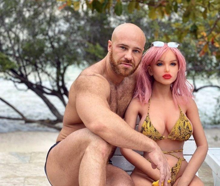 1 - Fisiculturista se casa com boneca inflável após 1 ano e meio de relacionamento