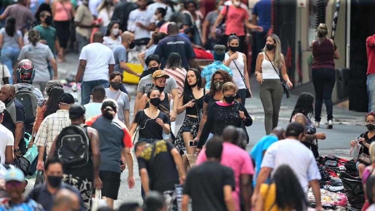 28dez2020 movimento de consumidores nos arredores da rua 25 de marco no centro de sao paulo 1609240620274 v2 900x506 - Centros comerciais em SP voltam às atividades com ruas lotadas, aglomerações e muitos sem máscaras e brigas (vídeo)
