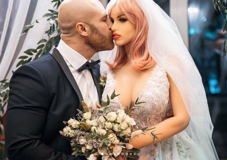3 - Fisiculturista se casa com boneca inflável após 1 ano e meio de relacionamento