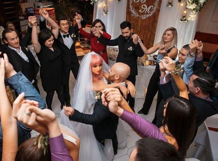 4 - Fisiculturista se casa com boneca inflável após 1 ano e meio de relacionamento