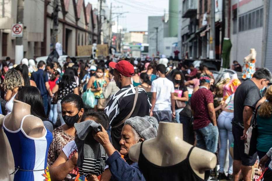 """BB1bRRPx - População Paulistana decide """"decretar o fim do isolamento por conta própria"""" para fazer as compras de final de ano."""