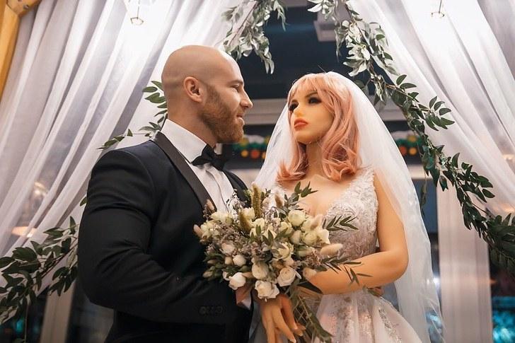 """fisicoculturista pasara solito fiestas esposa plastico quebro estan reparando 1 - """"Quebrou"""": o fisiculturista que se casou com uma boneca vai passar o final do ano sozinho."""