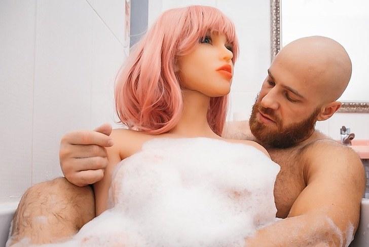 """fisicoculturista pasara solito fiestas esposa plastico quebro estan reparando 2 - """"Quebrou"""": o fisiculturista que se casou com uma boneca vai passar o final do ano sozinho."""