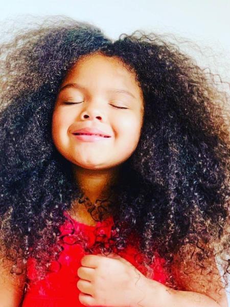 """manuella feliz com seus cabelos cacheados 1606916092695 v2 450x600 - Menina de 7 anos dá lição de """"Amor Próprio"""" e vídeo viraliza na internet."""