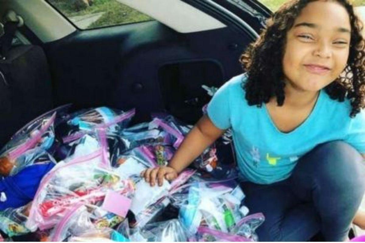 """menina de 6 anos ajuda moradores de rua  - Garotinha de 6 anos presenteia """"bolsas da felicidade"""" para ajudar os moradores de rua"""
