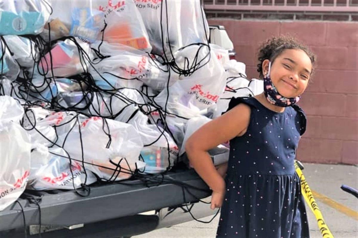"""menina de 6 anos ajuda moradores de rua 1 - Garotinha de 6 anos presenteia """"bolsas da felicidade"""" para ajudar os moradores de rua"""