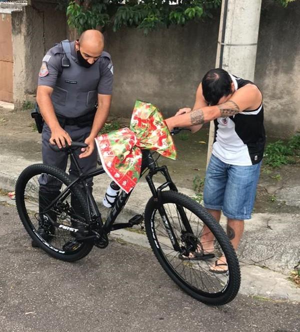 pms bicicleta delivery - Policiais doaram bicicleta para entregador de comida que alugava bike de amigo para fazer entregas.