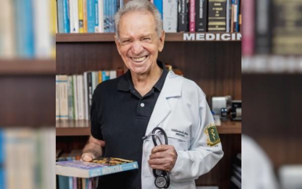 """valdomiro - Valdomiro de Sousa que sonha ser médico conclui metade do curso aos 87 anos """"Foi muito difícil, mas é um sonho de muitos anos"""""""