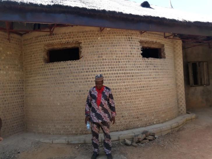 1 10 - Nigeriano constrói casa com 14.800 garrafas plásticas reutilizadas. É mais sólido que tijolo