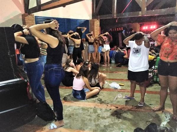 1 2 - Festa feita por uma influencer que aglomerou 300 jovens sem máscaras é FECHADA pela PM em MT