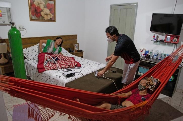 1610560438 0008ym6qg - Médico em Manaus montou clínica em sua casa para tratar sua mãe com COVID. Eu estava todo saturado! (Vídeo)