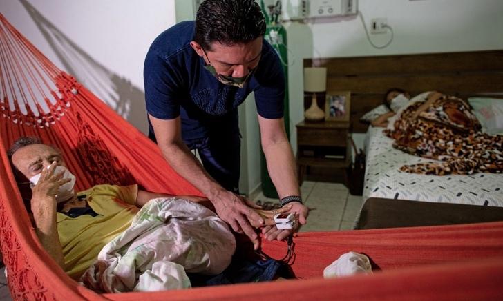 1610560551 0008yn7bm - Médico em Manaus montou clínica em sua casa para tratar sua mãe com COVID. Eu estava todo saturado! (Vídeo)