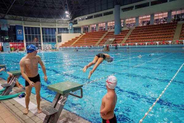 2 1 - Menino sem braços, nadador de 10 anos, ganha título de atleta do ano