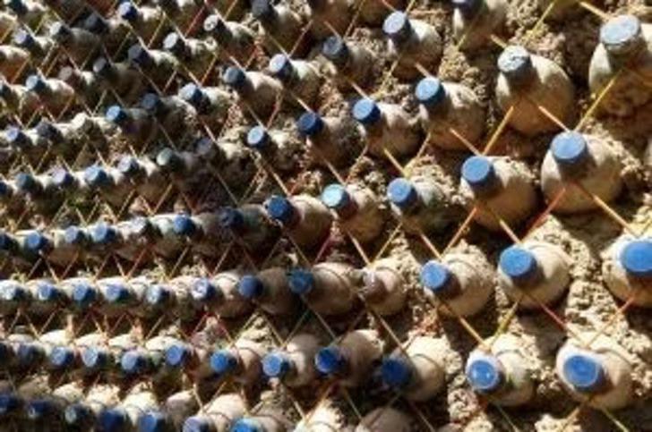2 12 - Nigeriano constrói casa com 14.800 garrafas plásticas reutilizadas. É mais sólido que tijolo