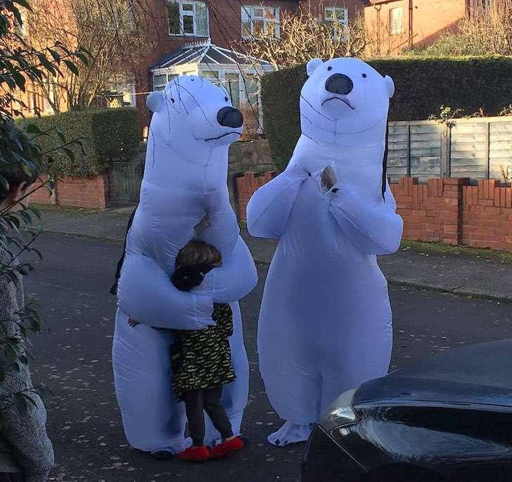 2 inflatible polar bears hug little girl square 800px SWNS - Avós se vestiram de ursos para abraçar seus netinhos após 1 ano sem vê-los