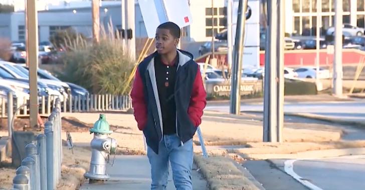 2 - Mulher deu um carro novo a um jovem que caminhava 11 km todos os dias para chegar ao trabalho