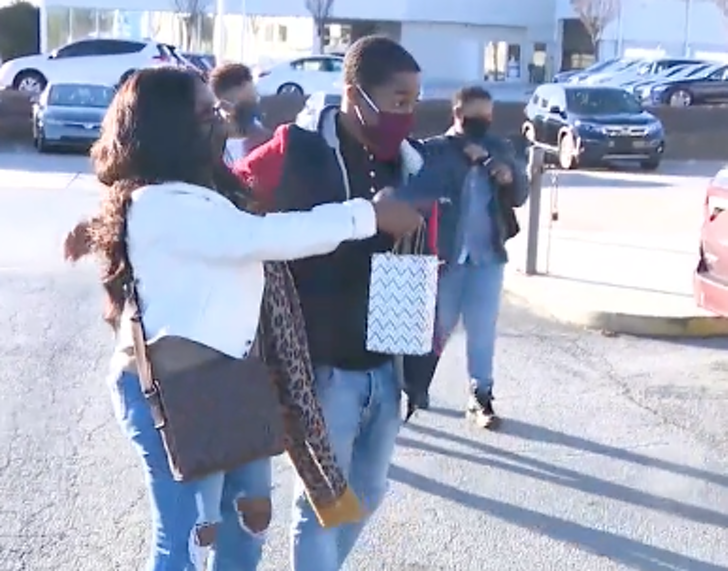 3 1 - Mulher deu um carro novo a um jovem que caminhava 11 km todos os dias para chegar ao trabalho