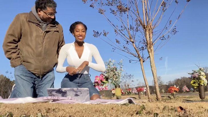 """3 4 - Jovem lê no túmulo da mãe uma carta de aceitação na universidade: """"Ela está orgulhosa de mim"""""""