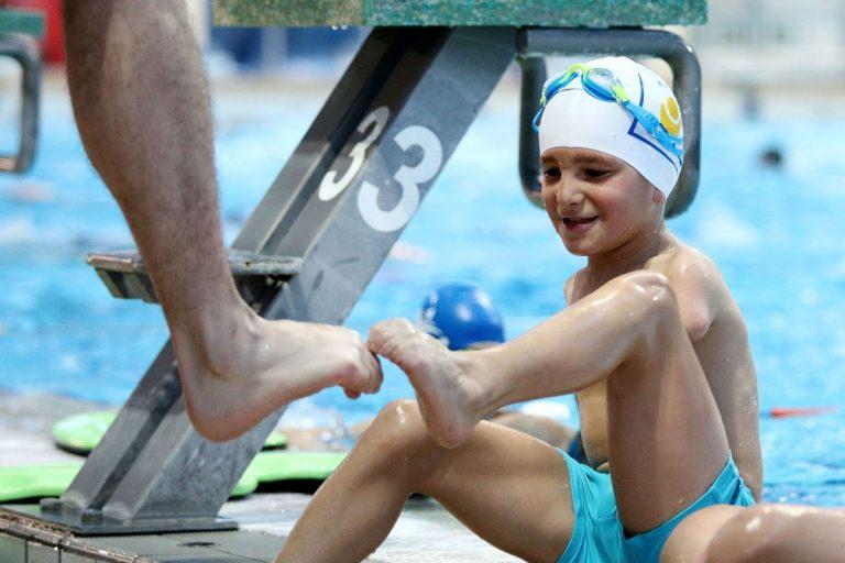 4 1 - Menino sem braços, nadador de 10 anos, ganha título de atleta do ano