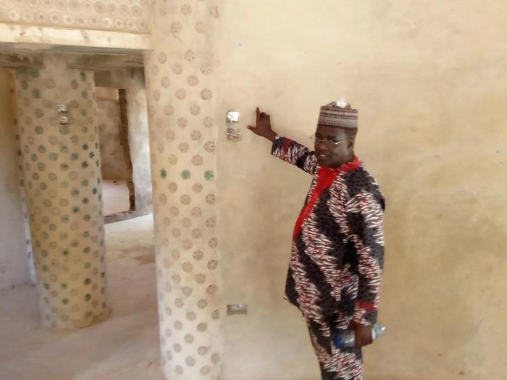 4 5 - Nigeriano constrói casa com 14.800 garrafas plásticas reutilizadas. É mais sólido que tijolo