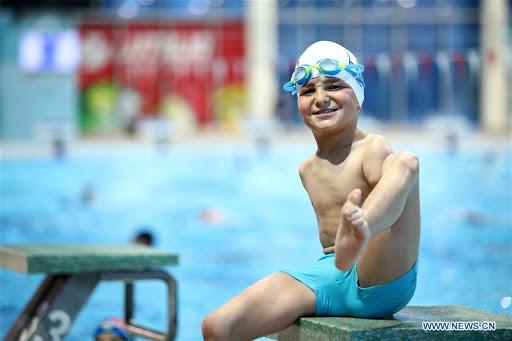 5 1 - Menino sem braços, nadador de 10 anos, ganha título de atleta do ano