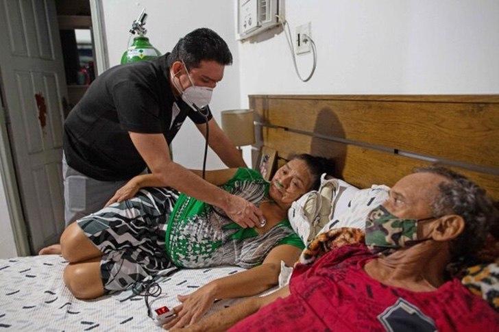 5EJMFLRV2NGQPEOS5ERGEGUMAQ - Médico em Manaus montou clínica em sua casa para tratar sua mãe com COVID. Eu estava todo saturado! (Vídeo)