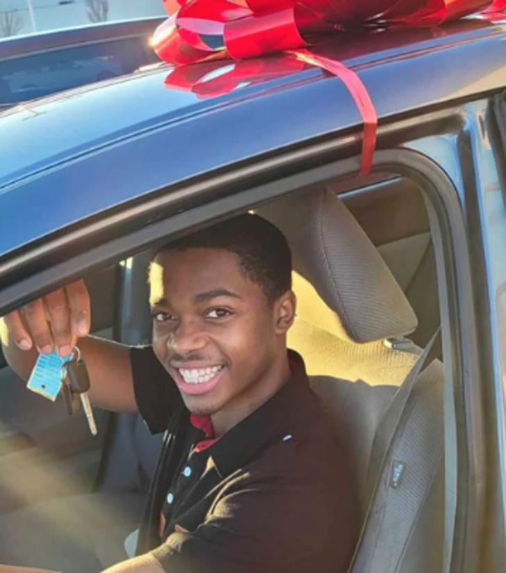 6 - Mulher deu um carro novo a um jovem que caminhava 11 km todos os dias para chegar ao trabalho
