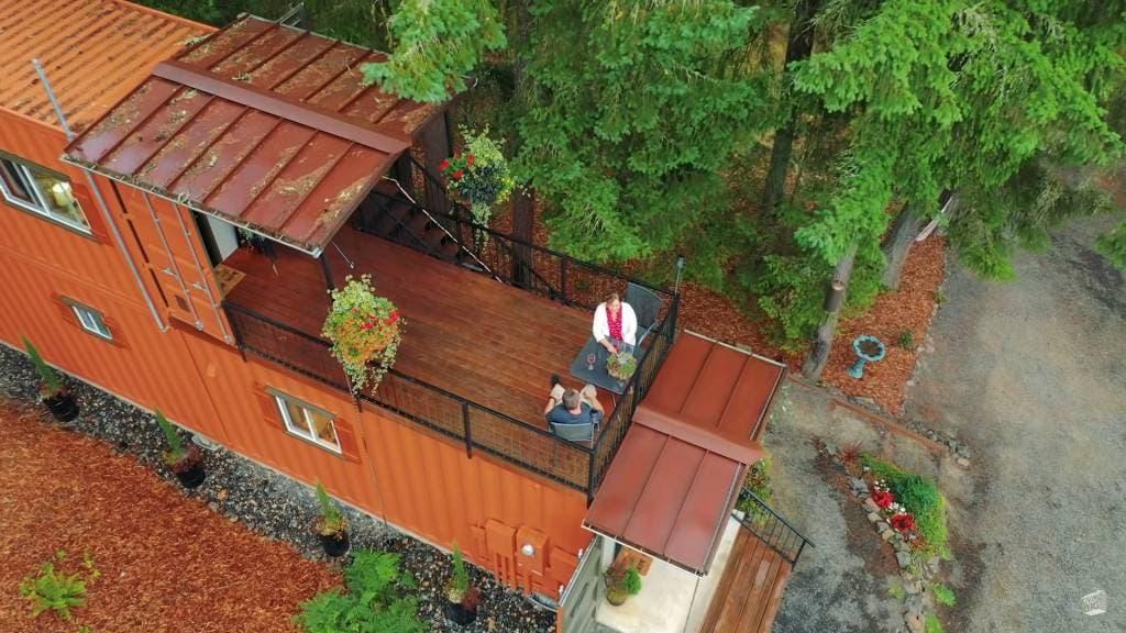 9 1 - Casal construiu sua casa própria usando contêineres para viverem sem dívidas