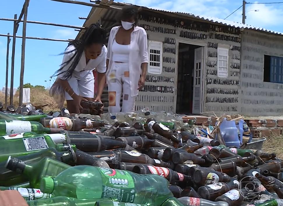 Captura de Tela 422 - Mãe e filha constroem casa com garrafas de vidro extraídas do lixo