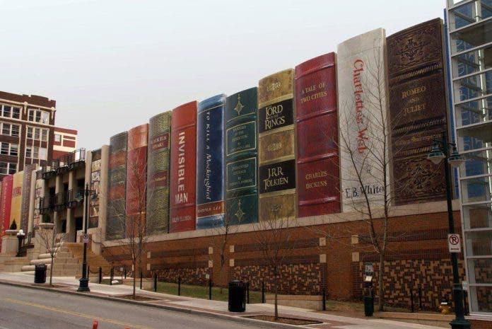 Kansas City Public Library Missouri USA 696x465 1 - Biblioteca Pública de Kansas Tem Fachada Impressionante!