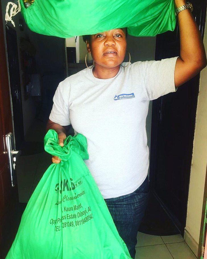 """d - Lavadeira nigeriana divide com seguidores a alegria de conseguir a casa própria.""""Só gratidão"""""""