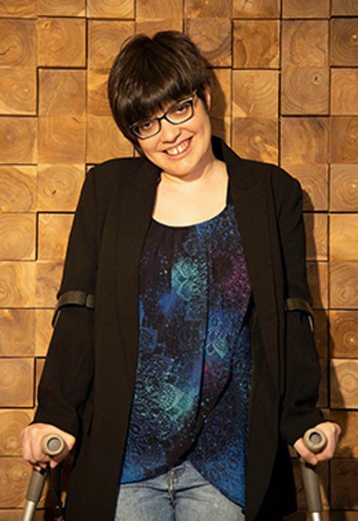 foto claudia tecglen 703x1024 1 - A mulher que nasceu com paralisia cerebral torna-se psicóloga e empresária. Superou suas barreiras!