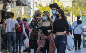 israelis are seen walking in jerusalems mahane yehuda market amid the coronavirus pandemic on january 12 2021 1024x663 1 356x220 - Início