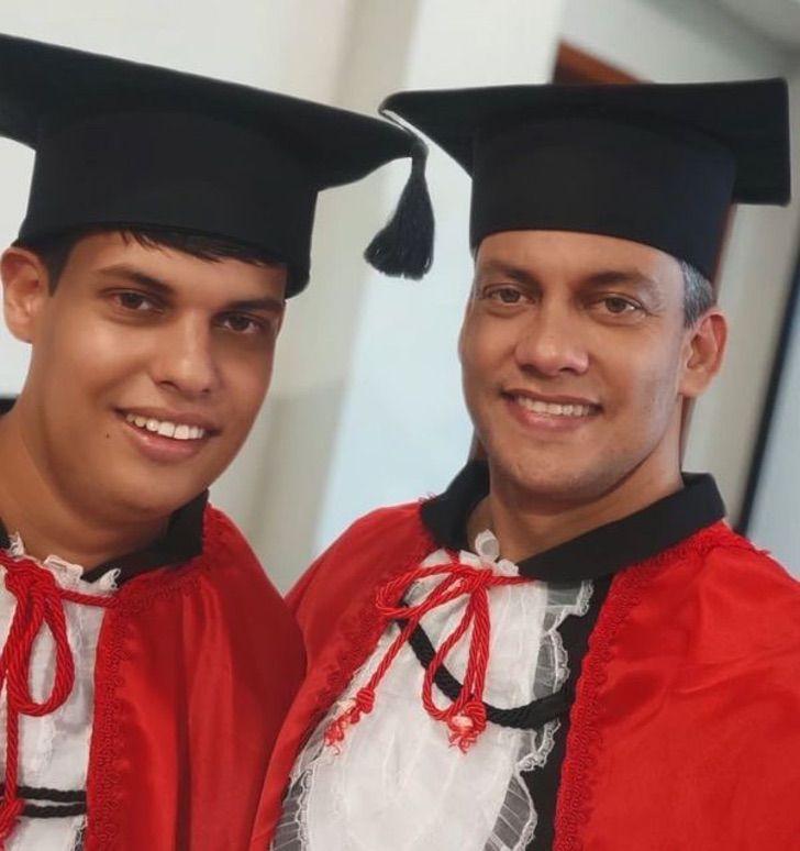 pai e filho se formam 1 - Pai começou a estudar direito para apoiar o seu filho com Asperger. Hoje, ambos estão formados